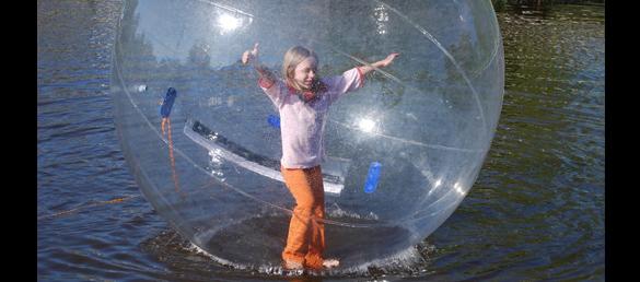 Bola hinchable para caminar sobre el agua de la pisicna for Bolas piscinas infantiles